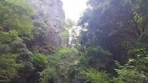 神戸岩は切り立った渓谷